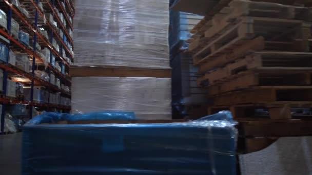 Panoráma a hatalmas logisztikai raktár sorai között. 4k lassú Mo