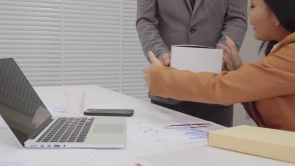 Üzletasszony dolgozik-val számítógép és munkát szerezni csomag-ból Hivatal munkás
