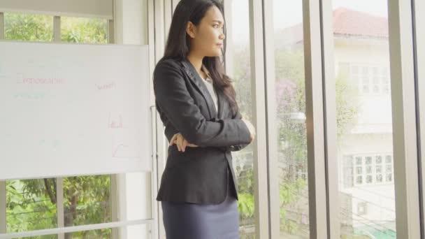 Práce v asijském byznysu a jejich ruka s partnery
