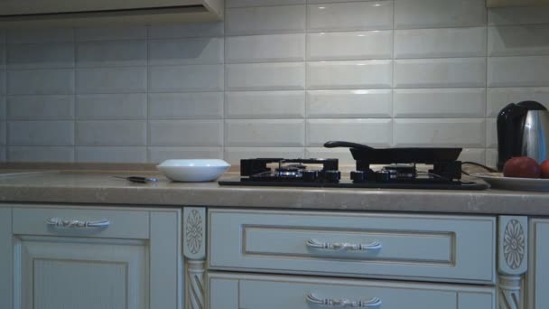 lassú forgatás a modern konyhában konyhai eszközökkel