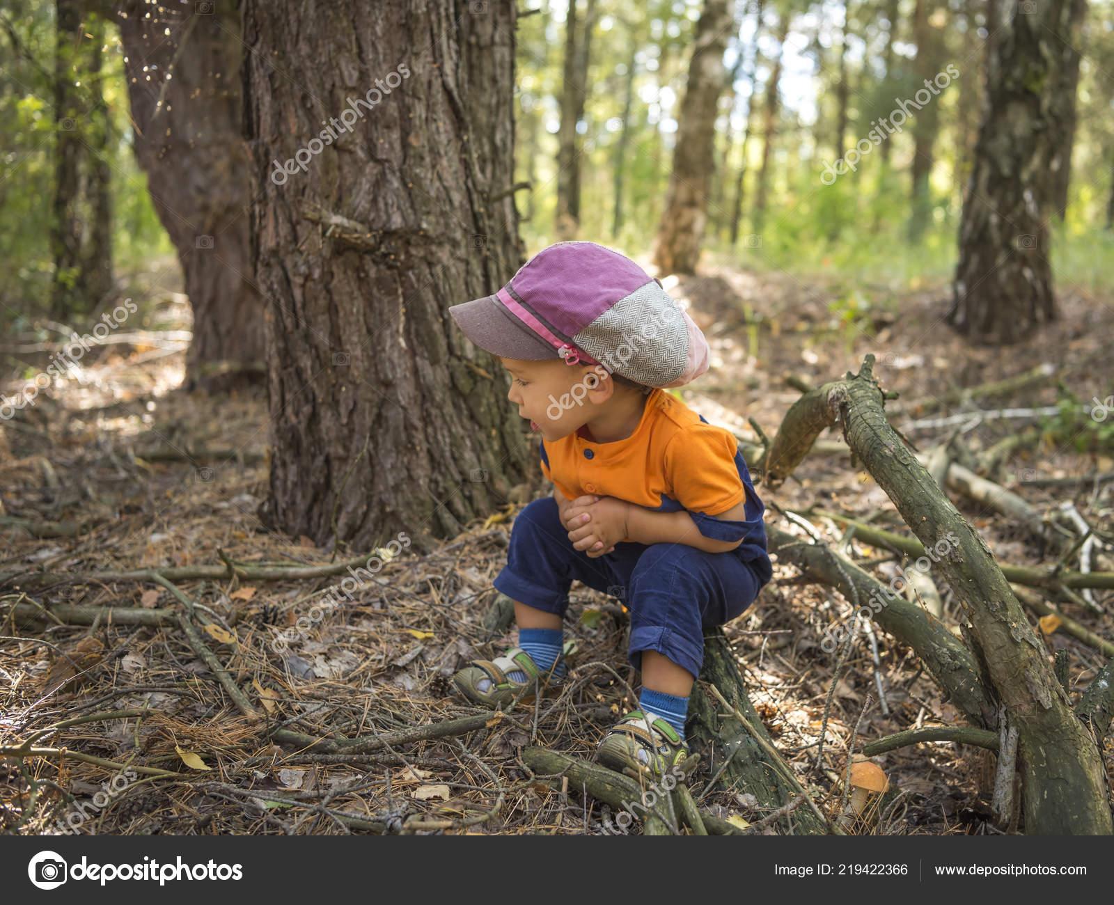 Niedlichen Lächelnde Junge Hut Den Herbstlichen Wald Der