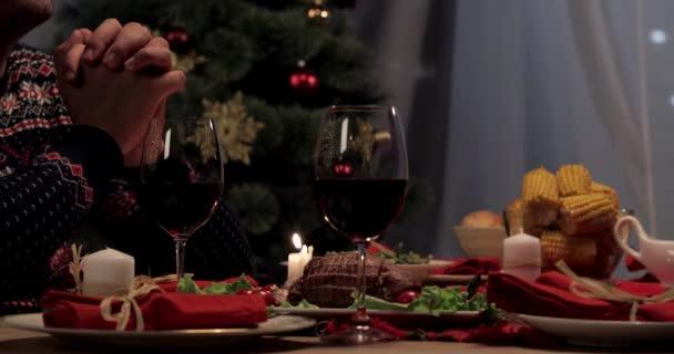 vágott nézet férj imádkozott, felesége elhelyezés sült pulyka vacsora asztalra hálaadás napja