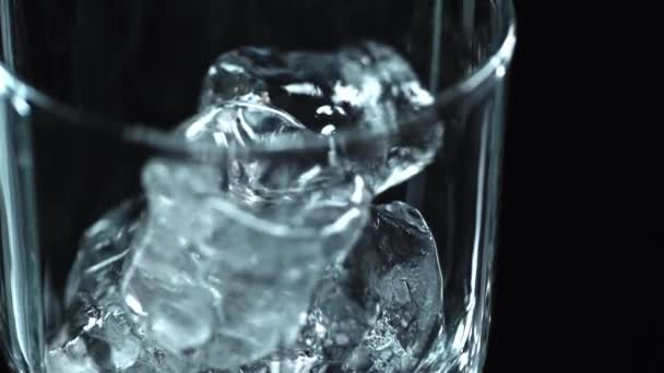 zár megjelöl kilátás csepegés levegőbe elszigetelt fekete átlátszó üveg tiszta jégkockát