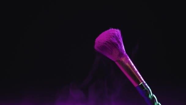 pomalý pohyb purpurového holi vybarvení barvy z kosmetického kartáče