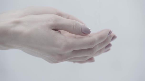 nyírt kilátás a nő tölcséres kezek közelében öntés víz szürke