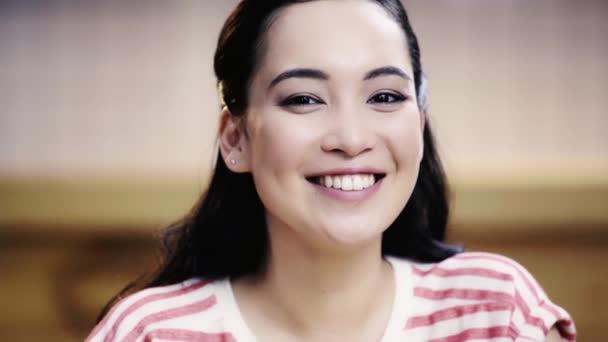 krásná, brunetka, Asijská žena dívala se na kameru a usmívala se v kavárně