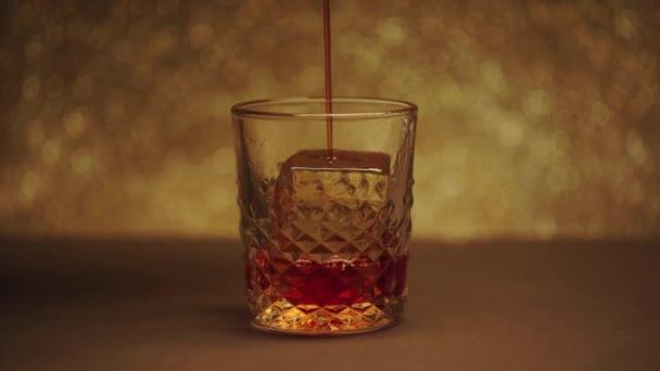 ömlött whiskey üveg nagy fagyasztott jégkocka a barna