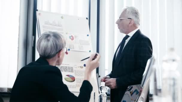 válogatós összpontosít-ból jóvágású ember-ban szemüveg beszélő mellett munkatárs rövid idő álló és viselők mellett fricskás térképez-val térképbe rajzol és ábra