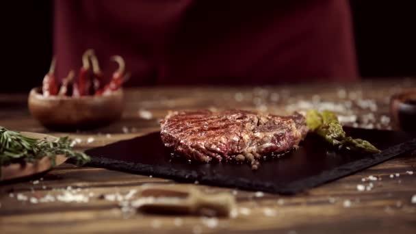 padá Rozmara na lahodný masový steak na stole s ingrediencemi