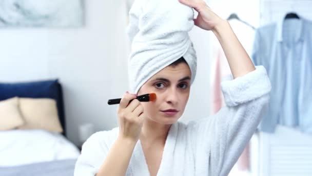 női fürdőköpeny alkalmazása smink Alapítvány, kozmetikai kefe