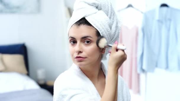 nő fürdőköpeny kozmetikai kefével
