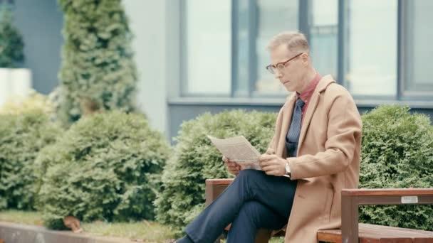 obchodník v kabátě čtení novin