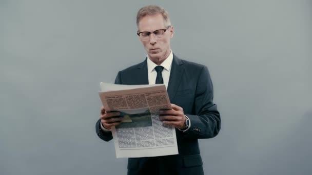 usmívající se obchodník v obleku čtení novin
