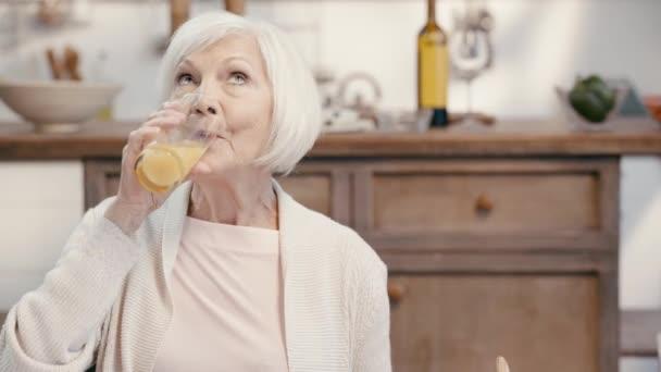 Frau trinkt Saft und isst Essen