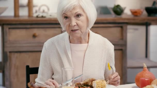 usmívající se žena mluví a sedí u stolu