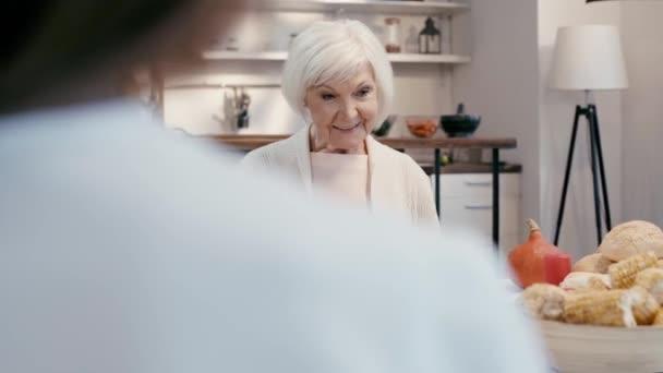 szelektív fókusz a nő beszél és ül az asztalnál