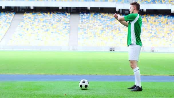 boční pohled na fotbalisty zahřívání rukou