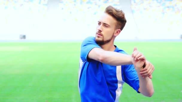 fotbalista zahřívá ruce