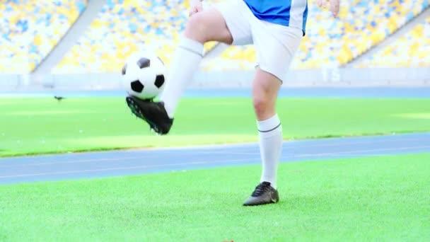 oříznutý pohled na fotbalistu hrajícího s míčem
