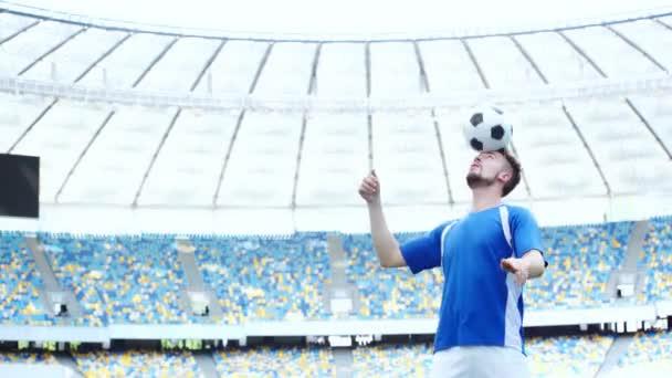 fotbalista skákající míč s hlavou