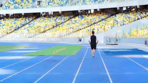 zpět pohled na běžce běžícího na stadionu