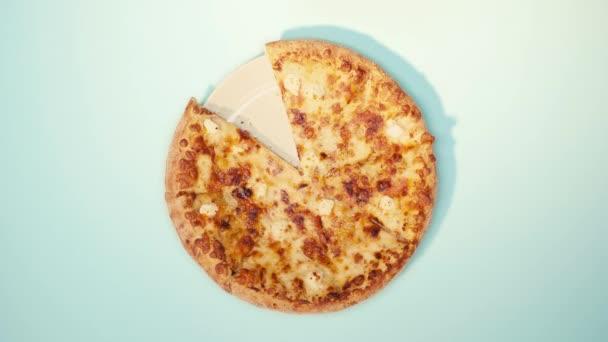 Horní pohled na člověka uvedení kus pizzy na talíři na modrém pozadí