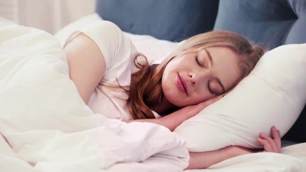 Mladá žena spí a má sladké sny