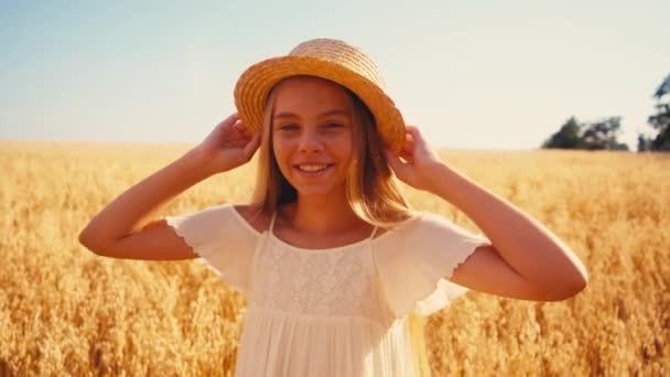 lány fehér ruhában megható szalma kalap és nevetés a búza mező