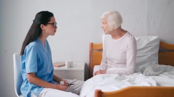 brunetka lékař mluví s věkem žena v nemocnici