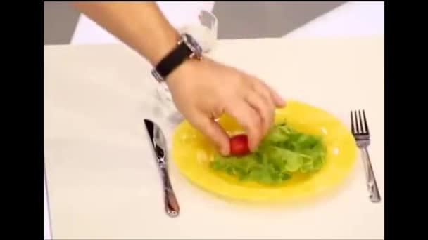 Dietní jídla. City apartment. 01.11.2018. na nahradit pozadí. Na stole je deska s listy zelí a rajčat. Sklenice vody, vidlička a nůž.