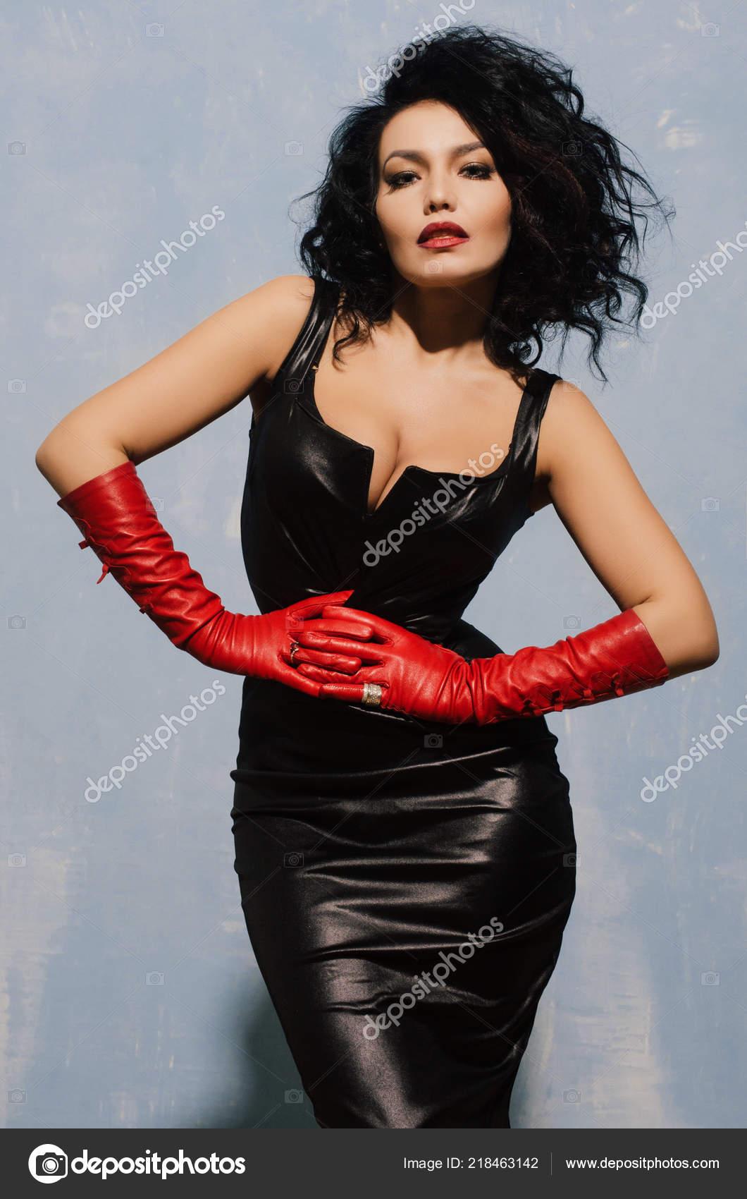 8d476a801 Linda Mulher Adulta Vestindo Vestido Lycra Preto Luvas Couro Vermelho —  Fotografia de Stock