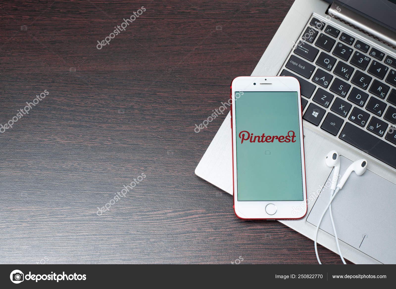 33a4b2271 Logo de Pinterest en el iphone 7 pantalla roja se coloca en el teclado del  ordenador