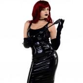 rothaarige leidenschaftliche Dame in einem schwarzen Latex-Kleid posiert mit einem