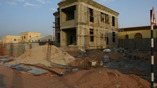 Staveniště v Spojených arabských emirátech při západu slunce ukazuje nová budova v zatažené odpoledne.