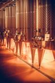 Színes kép egy acél tartályok egy borospincében.