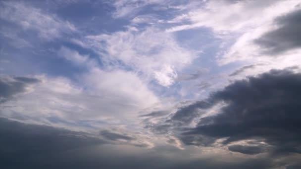 Mraky táhnou časová prodleva, rychlý pohyb. Temné dramatické bouřkové mraky časová prodleva