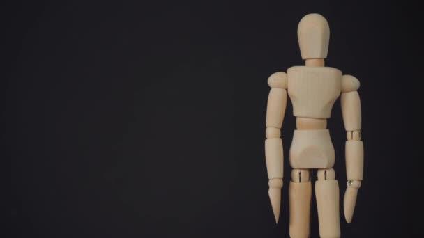 dřevěná socha na černém pozadí