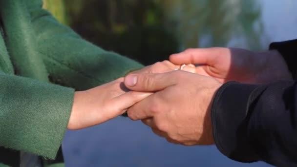 Paar hält sich die Hände vor dem Mund
