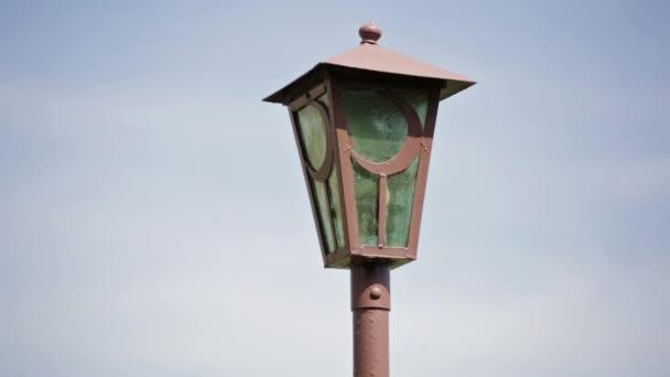 Részlet iszlám utcai lámpa. Half moon, fém félhold szimbólum utca fény mellett nap időben mecset