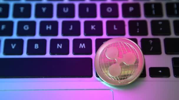 Mince vlnky na klávesnici na tlačítkách počítače. Digitální měna, blokový trh, obchod online
