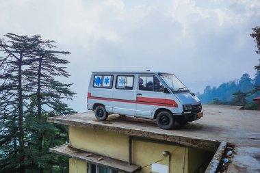 Park edilmiş ambulans araba binanın çatısında. Shimla, Hindistan