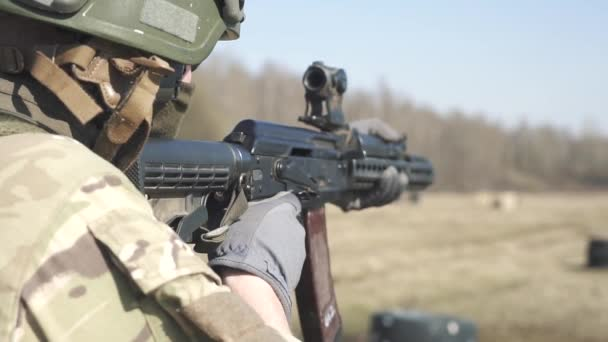 Patronok. Kézzel töltött patronok A Holderben 120 fps-től. A katonák töltényhüvelyeket töltenek a puska töltényhüvelyébe..