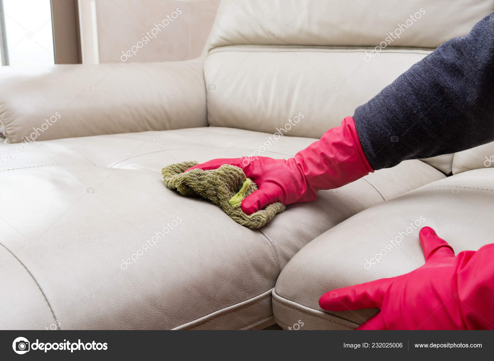 - Side View Man Cleaning Leather Sofa Home Wet Towel — Stock Photo