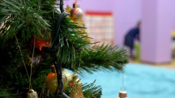 Weihnachtsbaum mit festlichem Dekor im Kindergarten