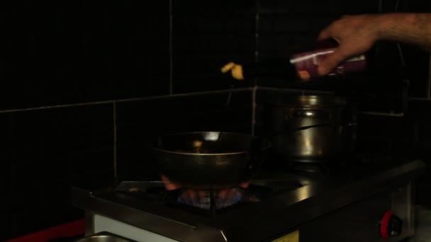 profesionální kuchař v komerční kuchyně, vaření flambe styl