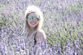 Photo Portrait of Blonde adult woman stands in a lavender field, smiling, in the golden hour before sunset in a lavender field