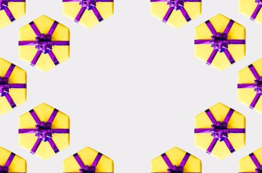 Pattern of yellow gift boxes on a gray background.