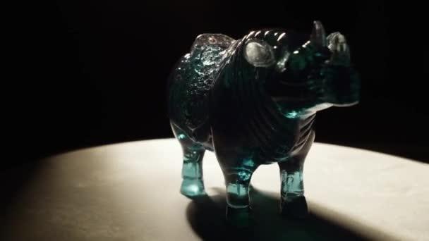 Rotující nosorožce feng shui s horní halogenové světlo