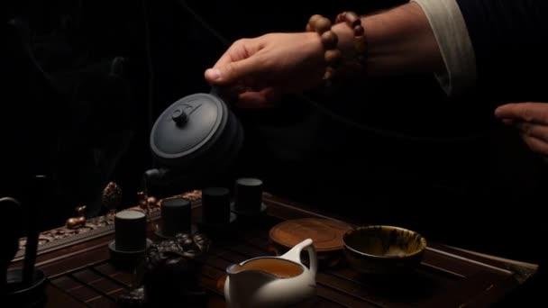 Nalévání čaje do šálků. Čajový obřad