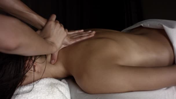 Masáž krku dívky olejem